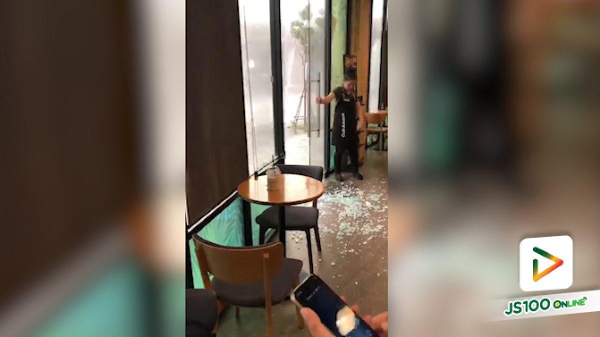 คลิปฝนตกหนักลมแรงจนกระจกร้านกาแฟชื่อดังย่านเมืองทองแตก (07-06-62)