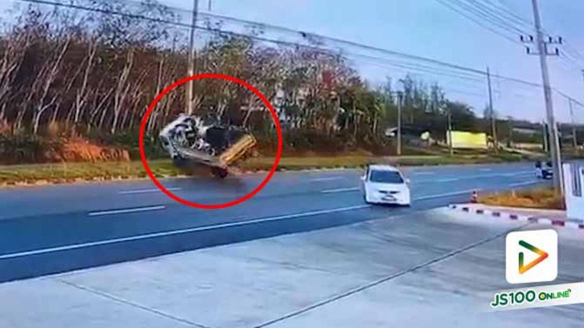 เก๋งเปลี่ยนเลนกะทันหัน ตัดหน้ารถบรรทุกคนงาน เสียหลักพลิกคว่ำ เสียชีวิต 1 คน