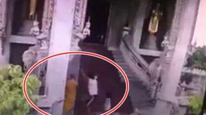 ไม่เกรงกลัวบาป! สาวกระโดดถีบพระ หลังถูกจับได้ว่าขโมยเงินบริจาค