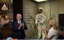 """จัดแสดงชุดนักบินอวกาศ """"นีล อาร์มสตรอง"""""""