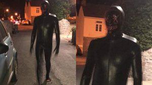 เจอแบบนี้ก็เหวอ หนุ่มลึกลับใส่ Gimp Suit ออกอาละวาดในหมู่บ้านแห่งหนึ่งที่ประเทศอังกฤษ