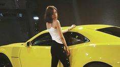 ใครว่าผู้หญิงไม่บ้ารถ นิวเคลียร์ กับรถหรูคู่ใจ Chevrolet Camaro สีเหลืองสุดจี๊ด