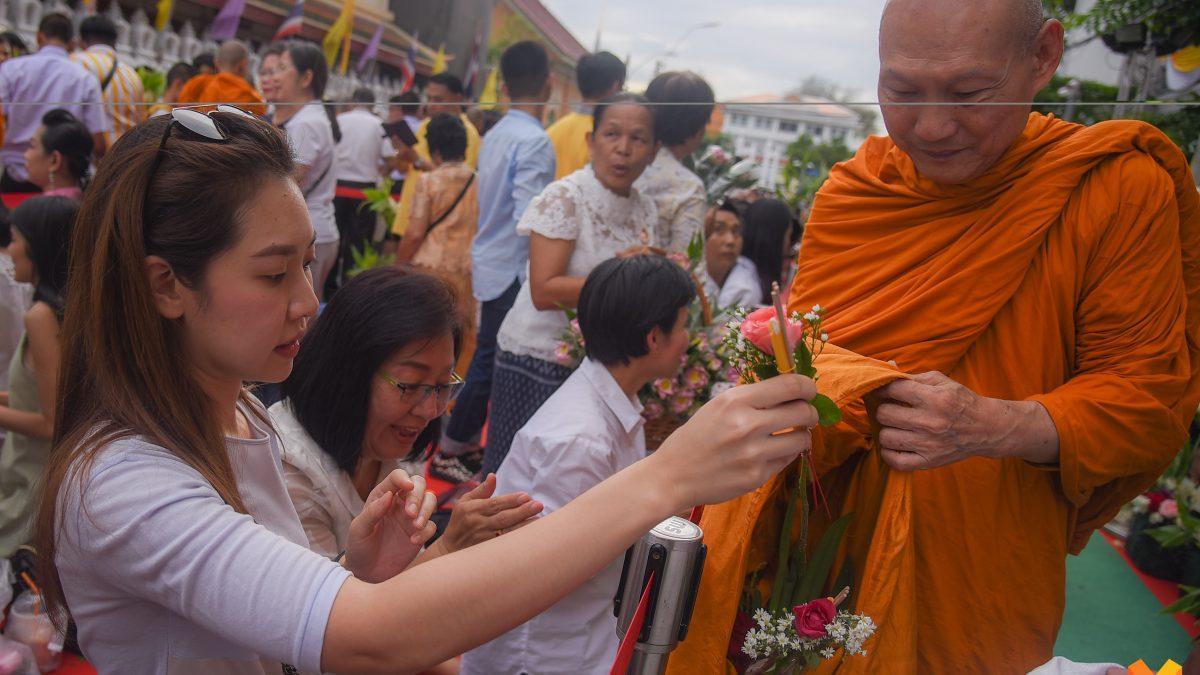 พุทธศาสนิกชนเนืองแน่น  ร่วมตักบาตรดอกไม้ สืบสานประเพณีเก่าแก่ของไทย