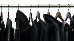 เสื้อผ้าสีดำ ซักแล้วเก่าง่ายทำไงดี? มานี่ๆ มีเคล็ดลับดีๆ มาบอก…