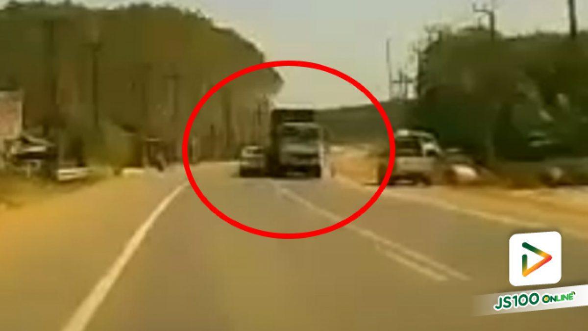 เก๋งวูบหลับใน! เข้าโค้งเฉี่ยวชนรถบรรทุกอย่างจัง ก่อนพลิกตะแคง