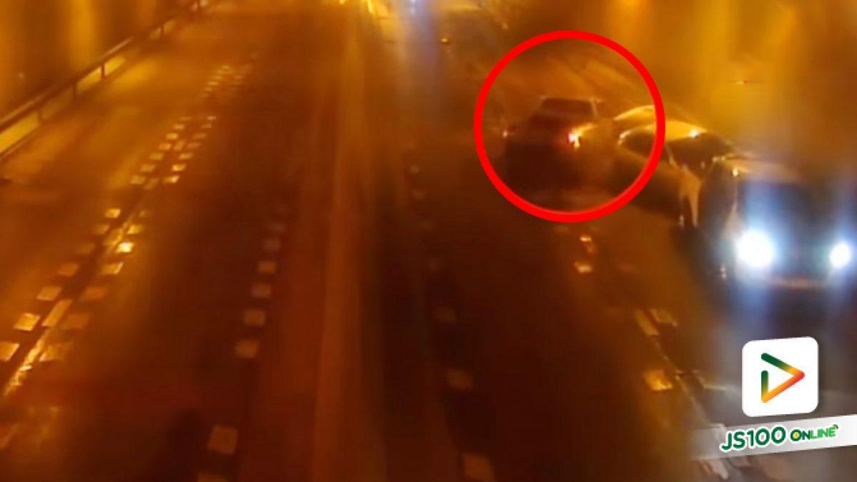 ฝนตกถนนลื่น! ปิคอัพซิ่งหลุดโค้งหมุนคว้าง ก่อนดะชนรถ 2 คันที่จอดอยู่อย่างจัง