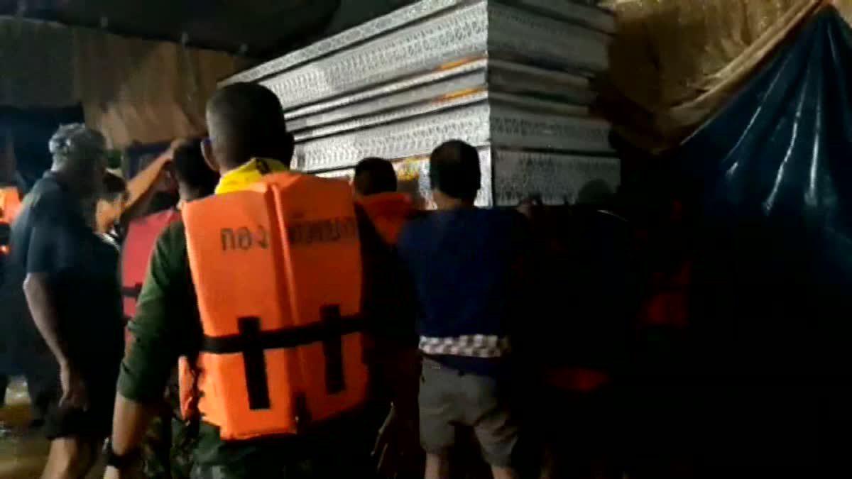 น้ำท่วมวุ่น!! ทหาร เร่งยกหีบศพพ่อเฒ่า หนีน้ำท่วมงานศพ