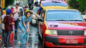 เก็บตกสงกรานต์ ชื่นชมดาราสาวพม่า สวมชุดสวยเล่นน้ำกับชาวบ้าน