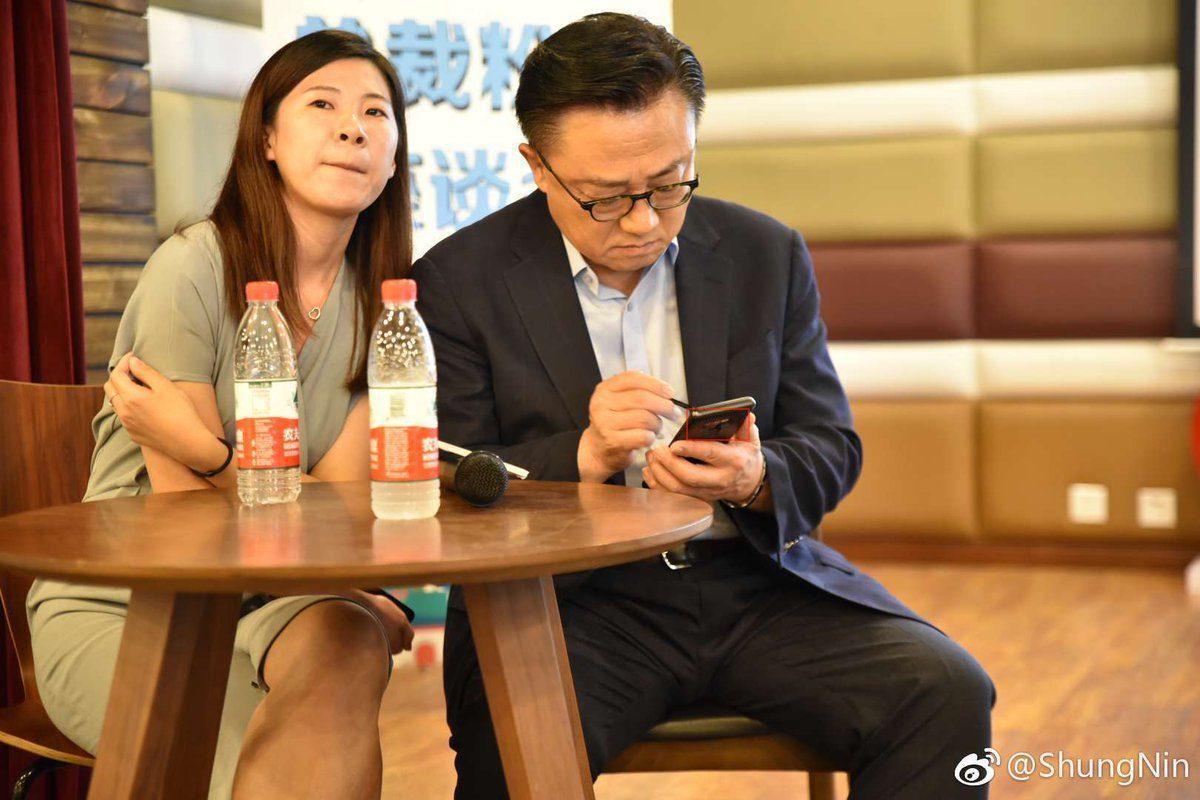 DJ Koh ถือ Galaxy Note 9