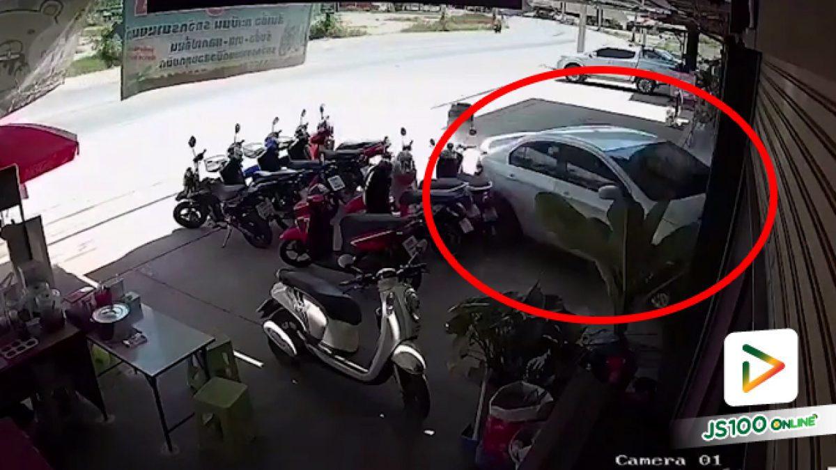 ชายสูงวัยอ้างวูบ แต่ดูทรงซิ่งแล้วหลุดโค้งจนมาพุ่งชนร้านนะ.. (18/05/2021)