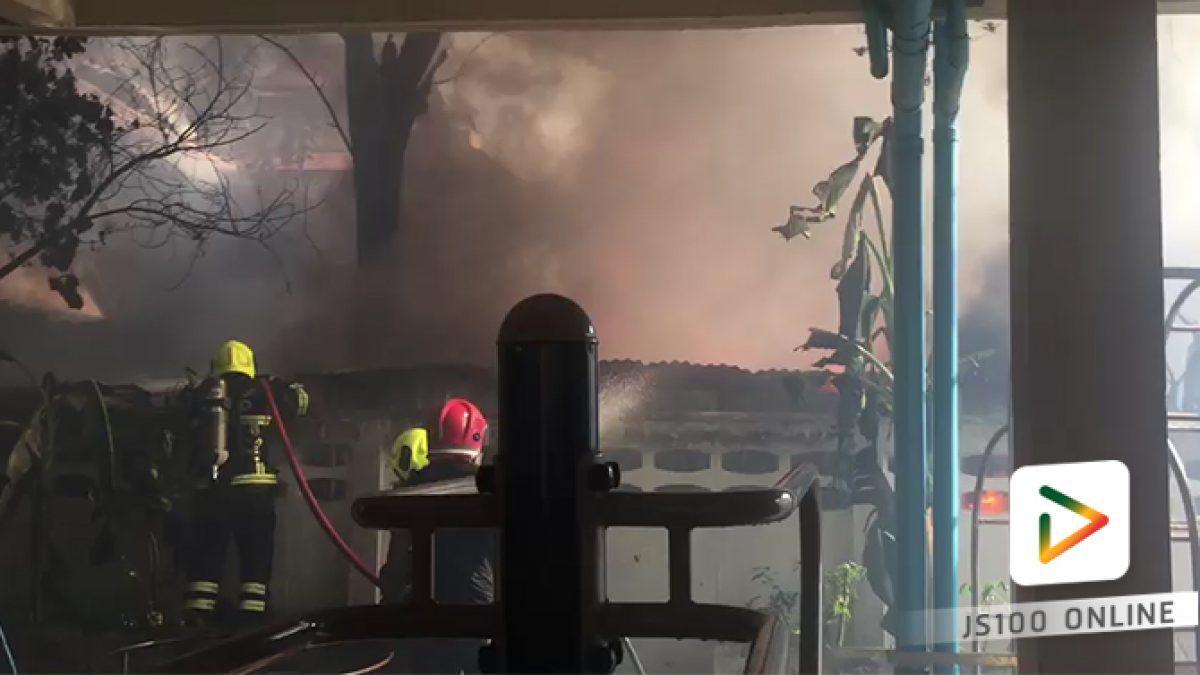 เพลิงไหม้เพิงพักคนงาน ภายในซอยอินทามระ 21 เเยก 1 เขตพญาไท เจ้าหน้าที่สถานีดับเพลิงสุทธิสารถึงที่เกิดเหตุแล้ว กำลังเร่งใช้น้ำ (21-02-2561)