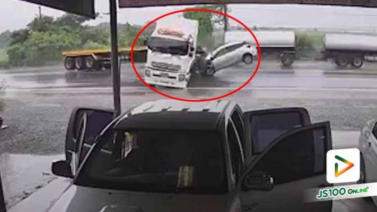 นาที!! รถเทรลเลอร์เสียหลักข้ามเลน  เก๋งเบรกไม่ทันพุ่งชนเต็มๆ (23/09/2019)