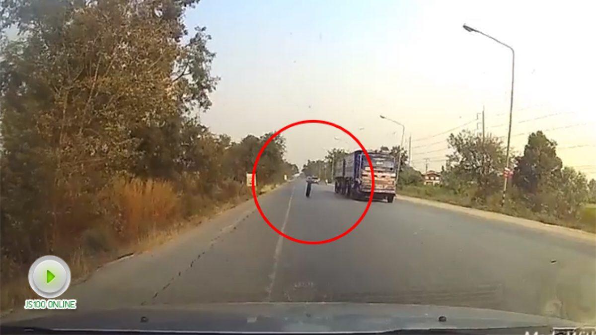 คลิปล้อรถหลุดมาจากไหนไม่รู้กระเด็นมากลางถนน (19-01-61)