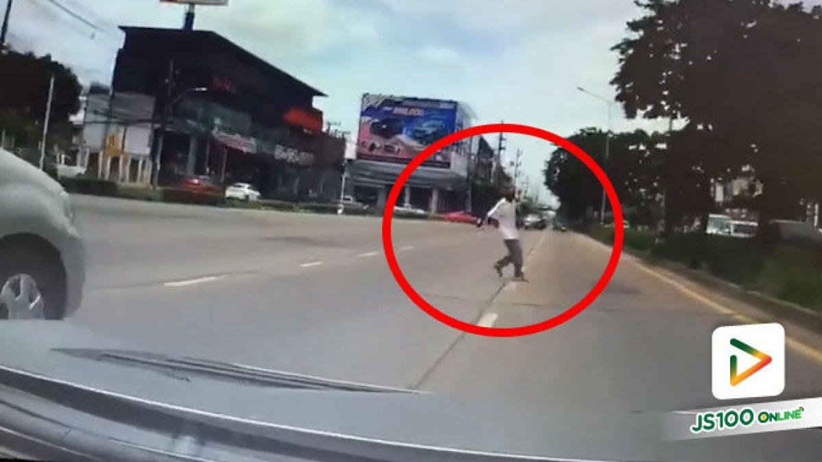 อย่าประมาท! ใช้รถใช้ถนนสติสำคัญ เกือบได้ชนคนข้ามถนนแล้วเรา..