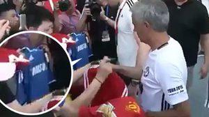จะเกิดอะไรขึ้น? เมื่อแฟนบอลจีนยื่นเสื้อ เชลซี ให้ มูรินโญ่ แจกลายเซ็น