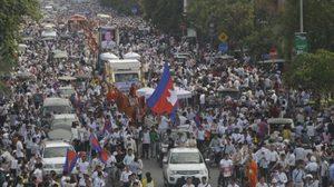 ประชาชนนับหมื่น ร่วมแห่ศพ 'นักประชาธิปไตย' ในกัมพูชา