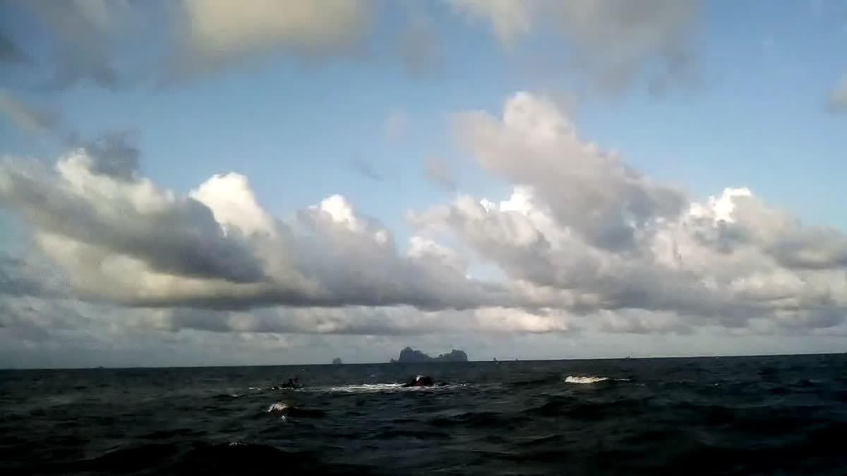 คลื่นซัดเรือประมงแตก ลูกเรือว่ายน้ำกว่า 5 กม.ขอความช่วยเหลือ ก่อนช่วยได้สำเร็จ