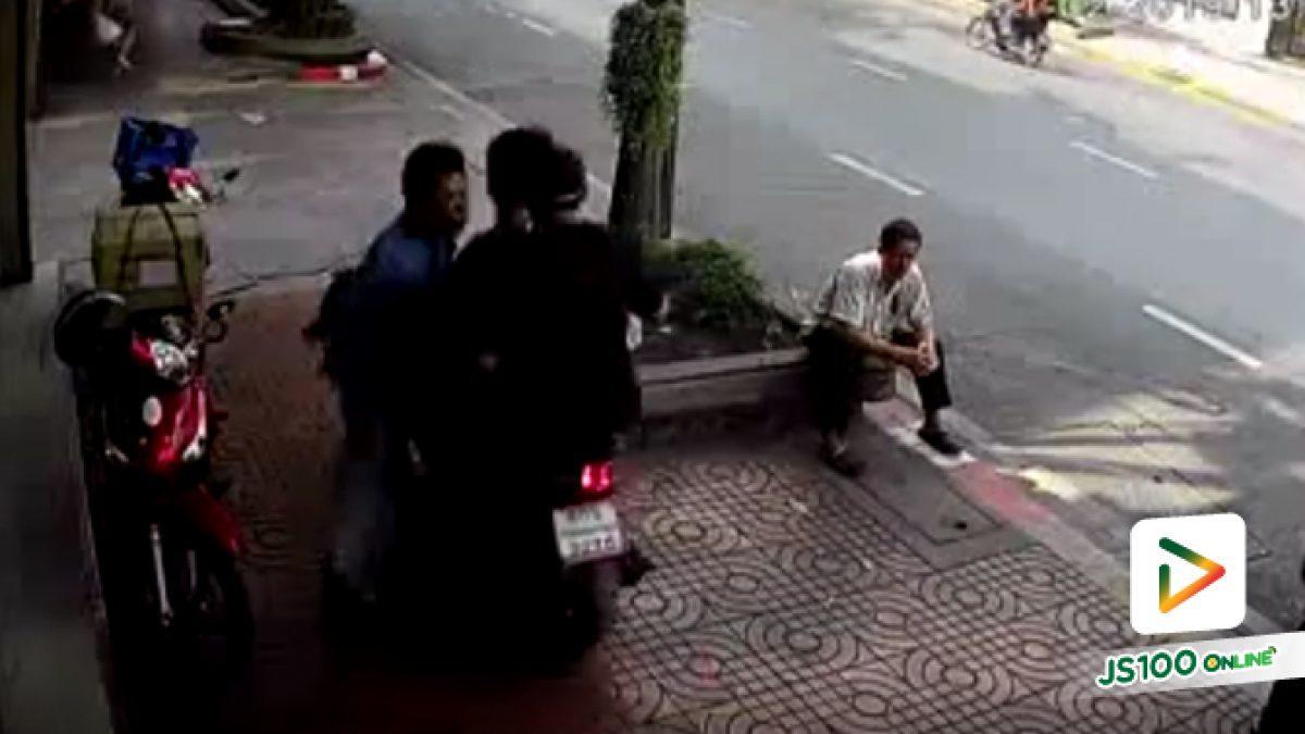 จยย.ฉุนโดนต่อว่า! ย้อนกลับมาชนคนบนทางเท้า ถนนหลานหลวง