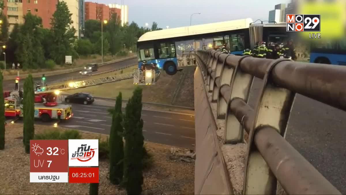 รถโดยสารชนทะลุราว-ห้อยค้างกลางสะพาน