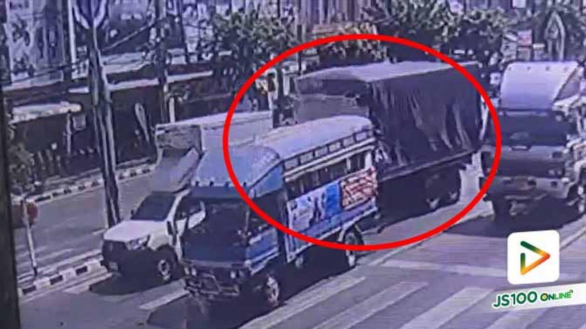 รถสองแถวและปิคอัพจอดติดไฟแดง รถบรรทุกเบรคไม่อยู่ชนเต็มแรง บาดเจ็บ 6 คน