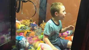 เข้าไปได้ยังไง? คลิปเด็กชายจอมซน มุดตู้คืบตุ๊กตา ก่อนติดแหง็กออกมาไม่ได้