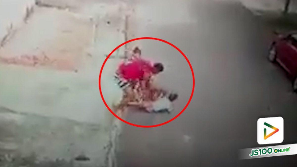 นี่สิฮีโร่ตัวจริง!! ชายหนุ่มช่วยเหลือเด็กวัย 5 ขวบถูกสุนัขพิทบูลกัดจนถูกกัดตามไปด้วย