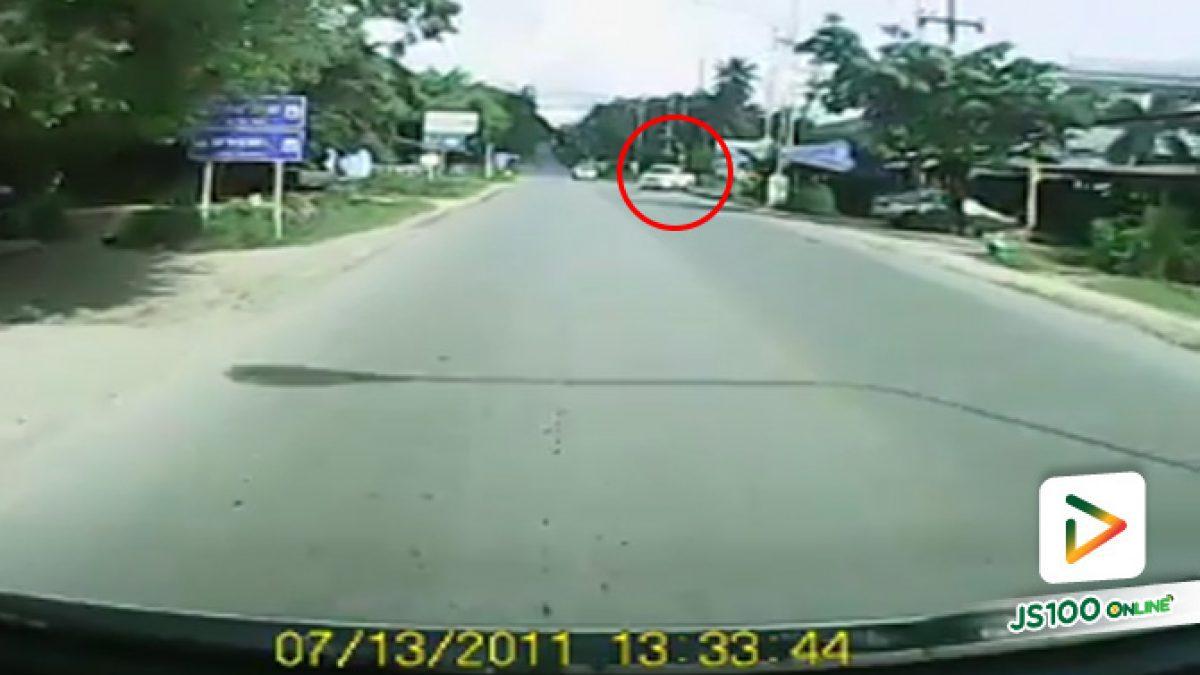 คลิปรถกระบะเลี้ยวออกจากซอย ไม่สนใจรถทางตรงเกือบเกิดอุบัติเหตุ สามแยกบางโรง จ.ภูเก็ต (04-10-61)