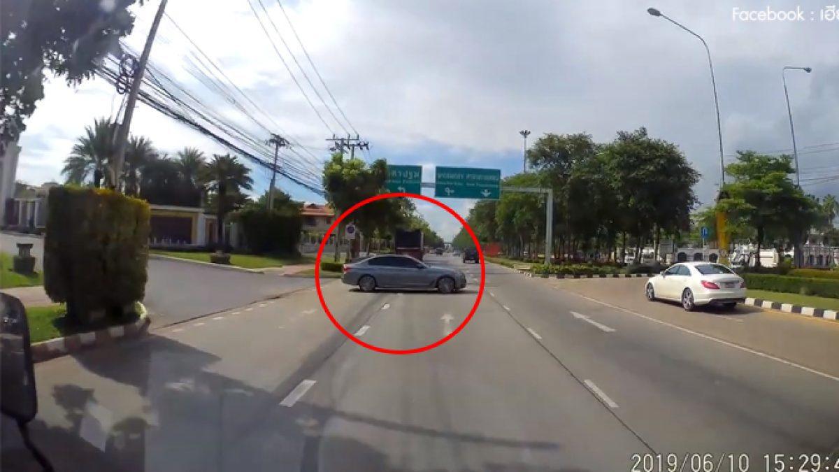 คลิปเก๋งขับออกจากหมู่บ้านตัดเลนขวางกลางถนนเพื่อไปกลับรถ (17-06-62)