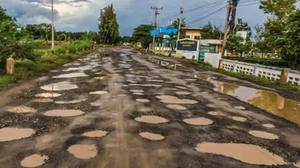 โผล่อีก! ถนนพังเป็นเตาขนมครก ชาวบ้านร้องหน่วยงานฯ ช่วยเหลือ