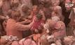 เทศกาลสาดสีในเมืองแม่ม่ายของอินเดีย