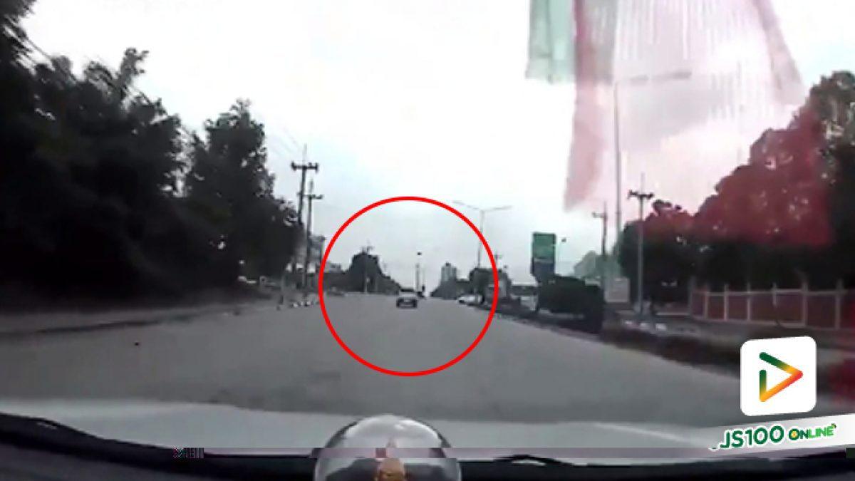 คลิปนาทีรถบรรทุกพ่วงชนกับกระบะบริเวณทางแยกแล้วขับหนีไป (10-10-61)