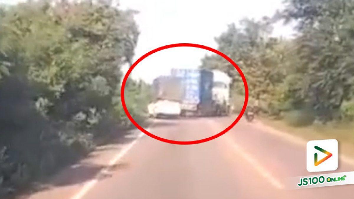 ปิคอัพเบรคตามรถบรรทุกไม่ทันเลยหักหลบ ก่อนเสียหลักพลิกตะแคงตกข้างทาง