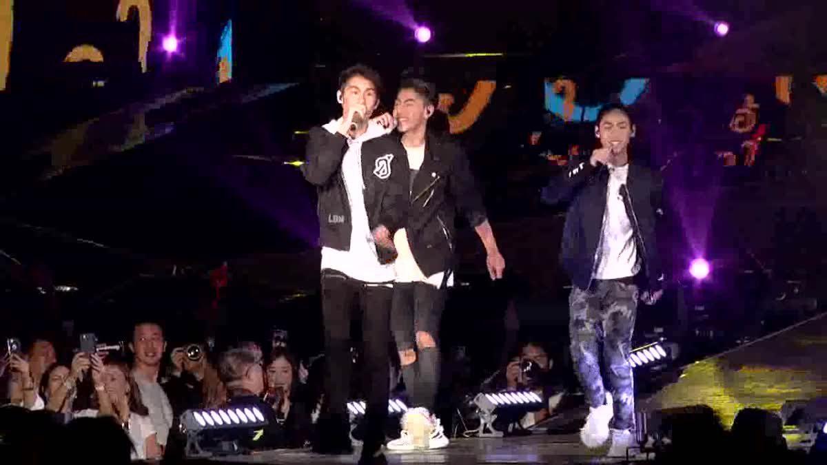 เจ้านาย เจ้าขุน เจ้าสมุทร โชว์ร้องเพลงบนเวที J-DNA Concert