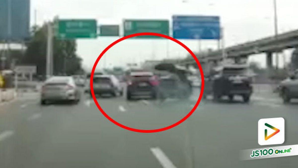 รถ SUV ออกมาตัดหน้าแล้วเบรคกะทันหัน สามล้อเครื่องหักหลบ เสียหลักพลิกตะแคง
