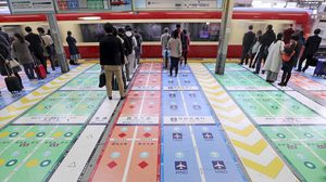สถานีรถไฟ Shinagawa ในญี่ปุ่น ทาพื้นชานชาลาหลากสี บอกปลายทางที่จะไป