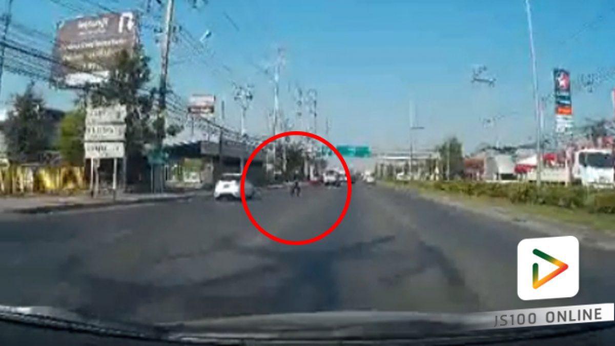 คลิปชายวิ่งตัดหน้ารถชนเต็มๆ (19-02-61)