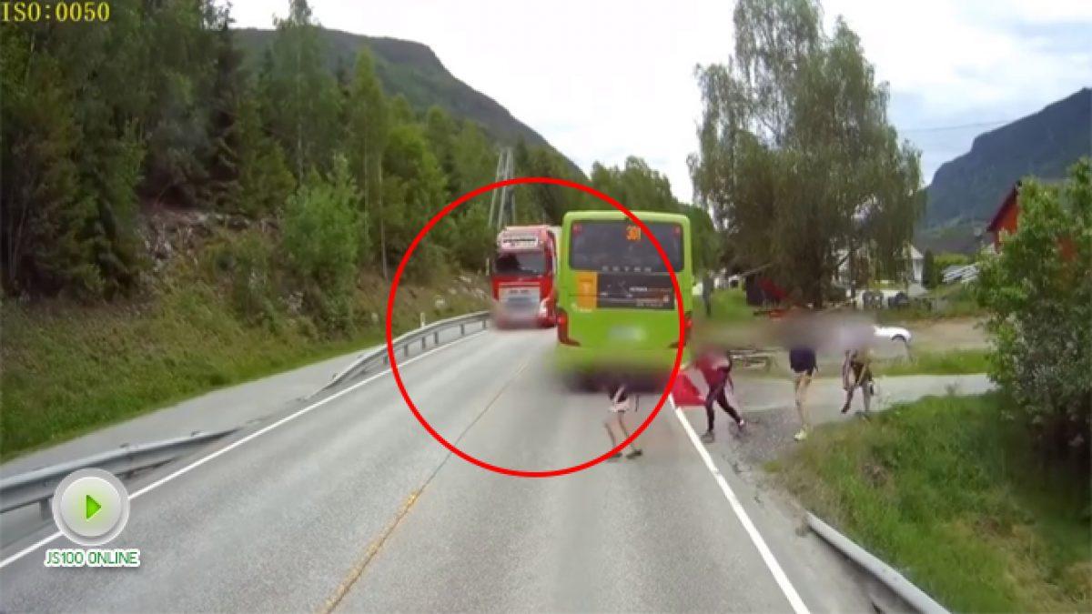 ระวัง! อย่าข้ามถนนจากท้ายรถ (14-11-60)