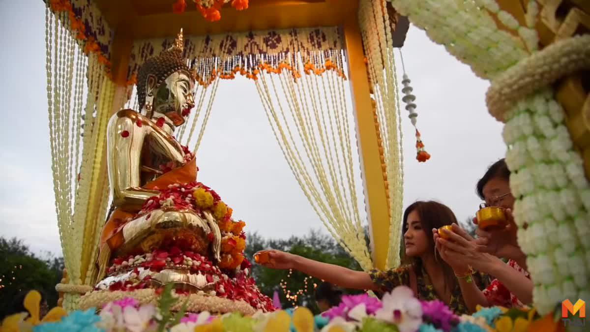 ประชาชนแต่งชุดไทย! สรงน้ำ 'พระพุทธกำเนิดกาสาวพัตร์' เพื่อเป็นสิริมงคล