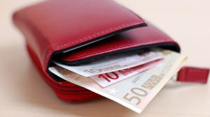 กระเป๋าสตางค์ เสริมรวย เลือกอย่างไรให้การเงินไหลลื่น ?