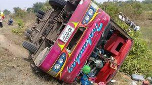 หวิดดับ! รถบัสคณะหมอลำชื่อดัง เสียหลักพลิกคว่ำบาดเจ็บ 28 คน