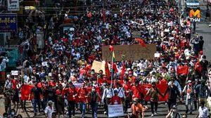 ชาวเมียนมา ในหลายเมืองรวมตัว-เดินขบวนประท้วงรัฐประหาร