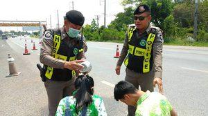 เผยคลิปน่ารัก ลูกตำรวจบุกรดน้ำขอพรพ่อ ขณะปฏิบัติหน้าที่กลางถนนมิตรภาพ