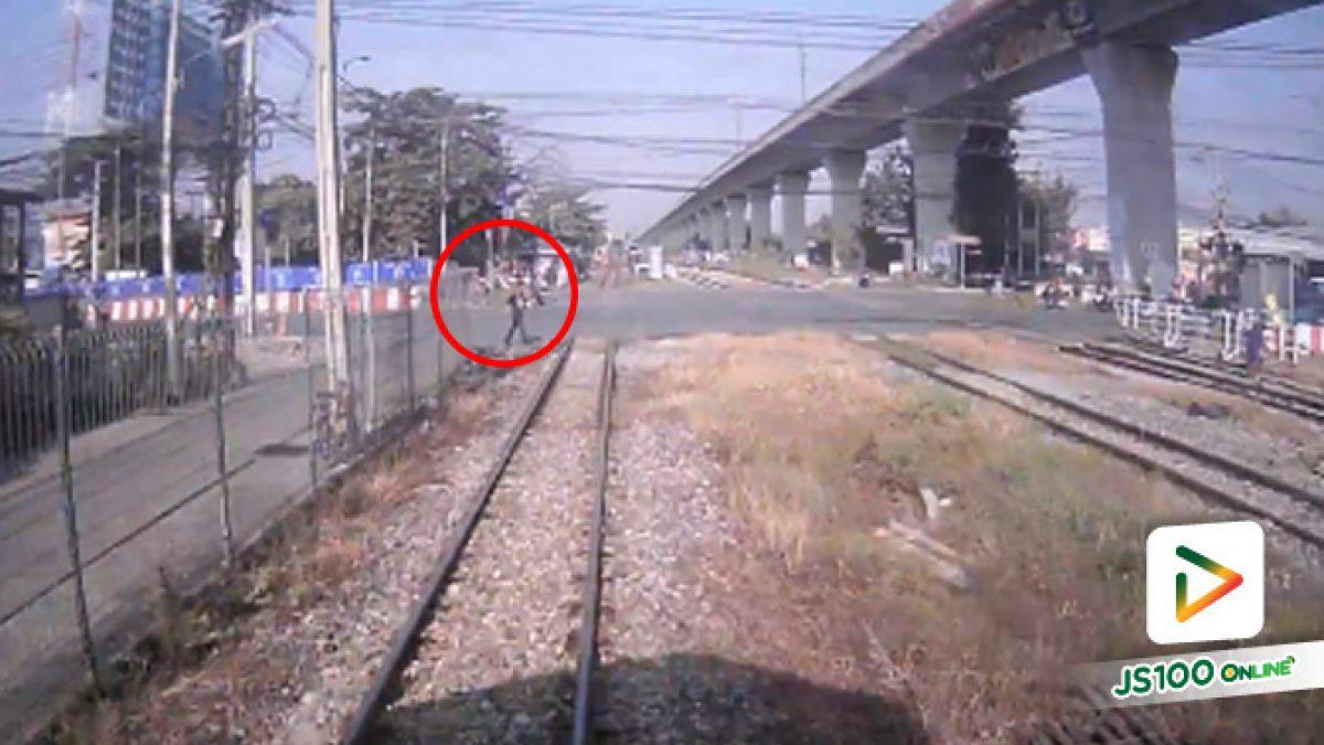 """แค่เสี้ยววินาที หนุ่มเดินข้ามทางรถไฟ โดยไม่สนใจ """"รถไฟ"""" ที่มาด้วยความเร็ว (11-10-61)"""