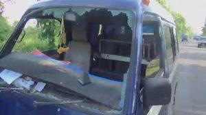 สลด ! รถตู้รับ-ส่งนักเรียน แข่งตีคู่รถกระบะ สุดท้ายชนกันเอง ทำเด็กบาดเจ็บ