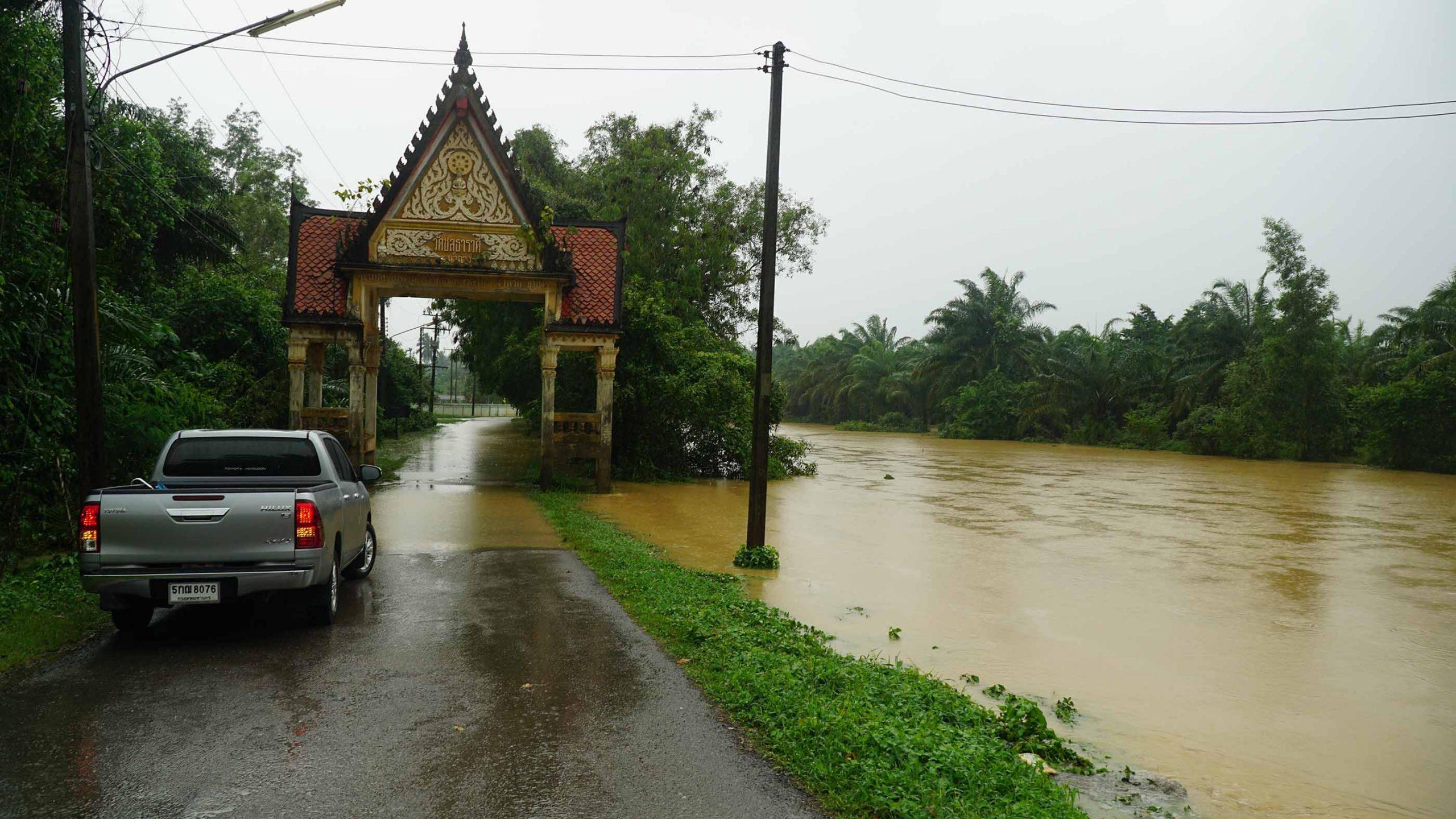 ชุมพรฝนหนัก 5 วันติด!! น้ำป่าทะลักท่วมบ้านเรือน โรงเรียนปิด