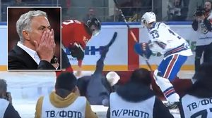 เสียฟอร์มกันพอดี! ชมคลิป โชเซ่ มูรินโญ่ โชว์ลื่นล้มในแมตช์ฮอคกี้ของรัสเซีย