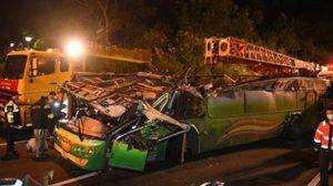 สยอง!! รถทัวร์ซิ่งชนขอบทางด่วนในไต้หวัน ทำคนดับ 33ศพ