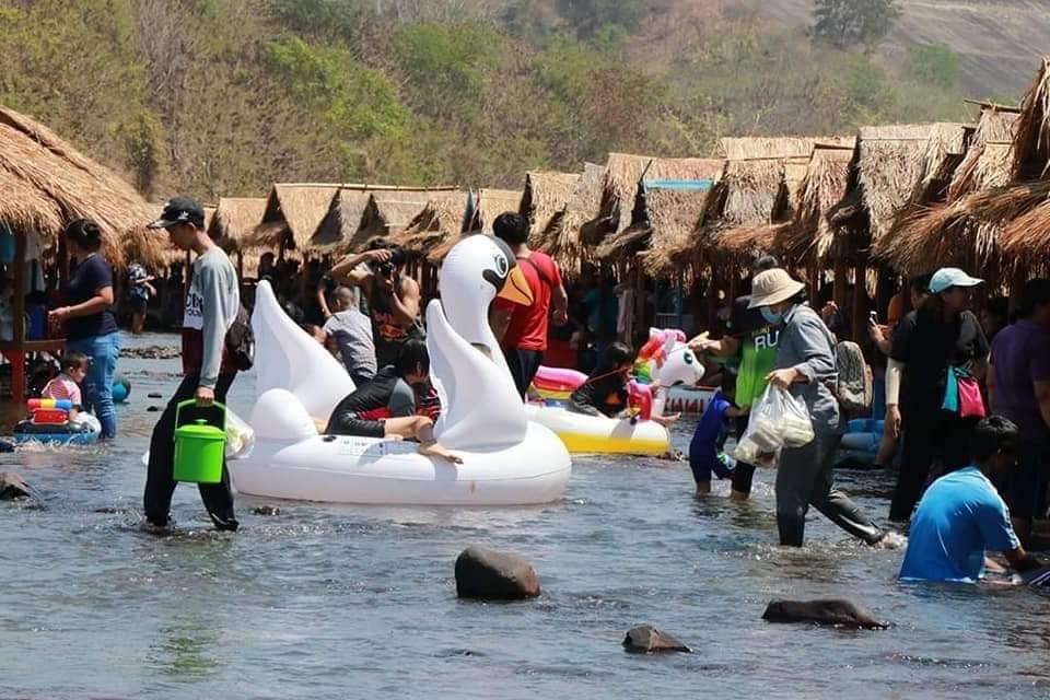 นั่งแคร่ แช่น้ำ ล่องห่วงยาง ที่ เขื่อนแควน้อยบำรุงแดน จ.พิษณุโลก