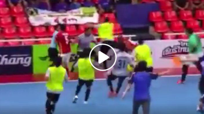 VIDEO : นักเตะ-แฟนบอลซัดกันเดือดฟุตซอลลีก 'ธรรมศาสตร์-สุราษฎร์'