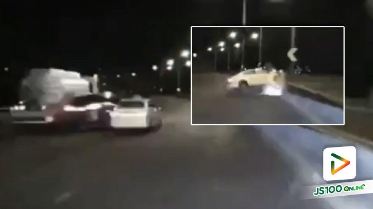 BMW ซิ่งหนีเคอร์ฟิว! มุดชนท้ายแท็กซี่ตีลังกาบนทางด่วน ผู้โดยสารกระเด็นออกนอกรถเจ็บสาหัส